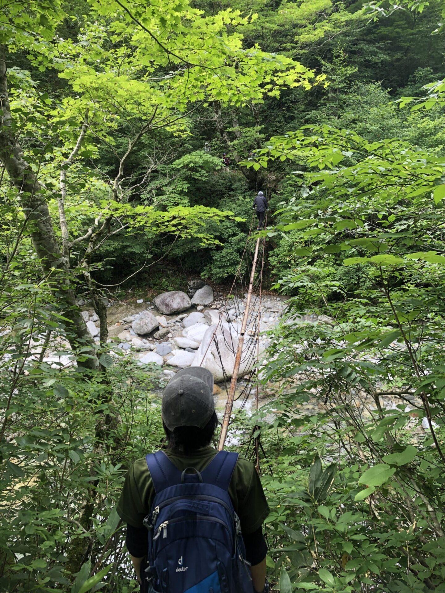 朝日連峰登山口(3本吊り橋)の風景